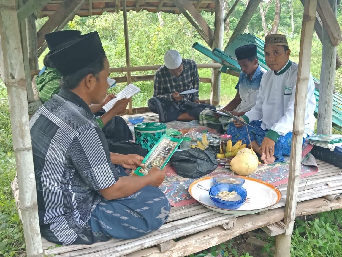 Rutin setiap Kamis Kliwon, PR. NU Dabuan Gelar Khotmil Qur'an di Kuburan Umum