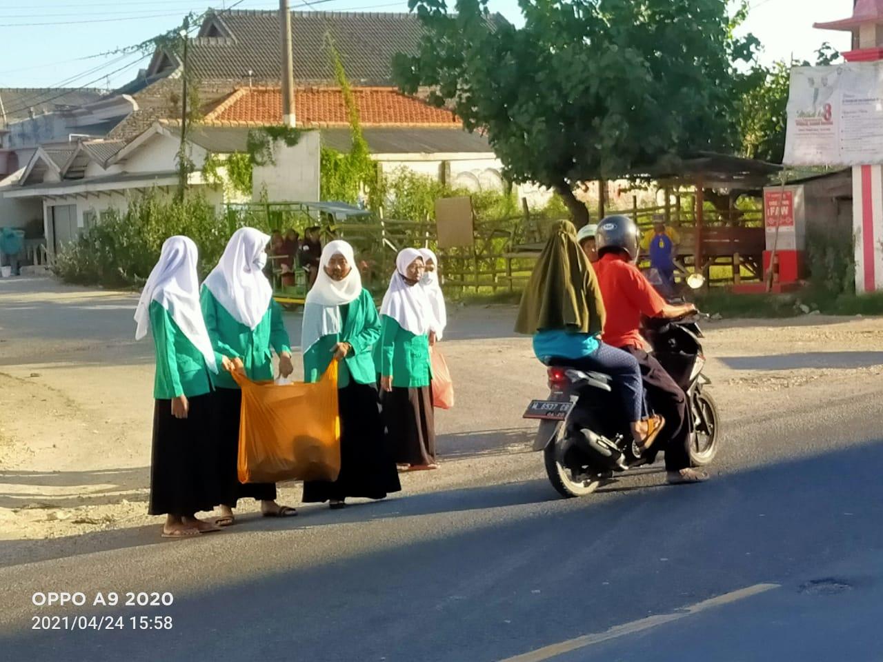 Rayakan Harlah ke 71 Tahun, PAC Fatayat NU Tlanakan Bagi-bagi Takjil