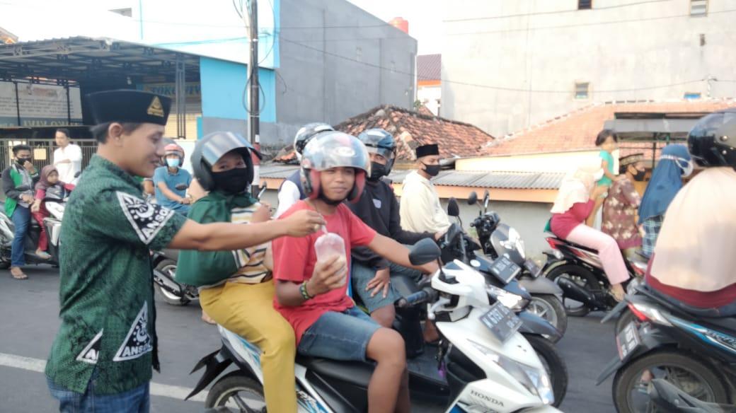 Ketua PAC GP Ansor Tlanakan Pimpin Pembagian 1000 Paket Takjil