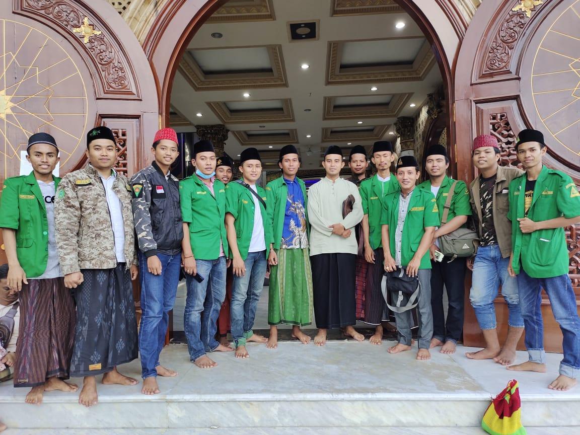Rekatkan Persahabatan, PAC Ansor Tlanakan Gandeng Ketua PC Solo Ziarah ke Syekhona Kholil Bangkalan.