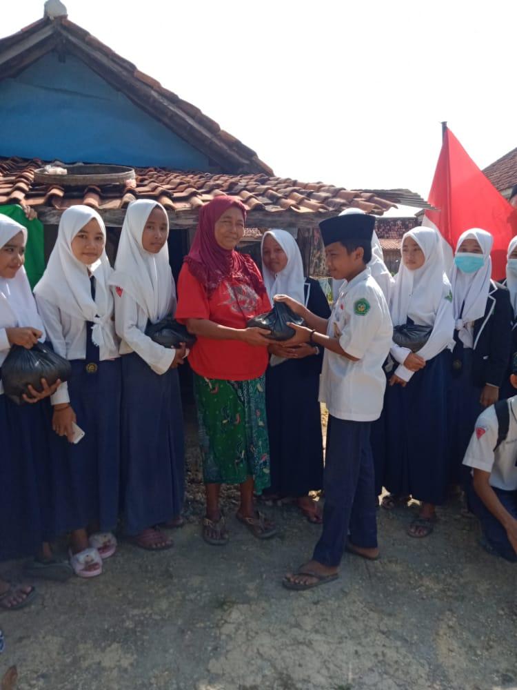 SMP Ma'arif 1 Pamekasan Salurkan Puluhan Paket Zakat Fitrah Kepada Masyarakat Kurang Mampu