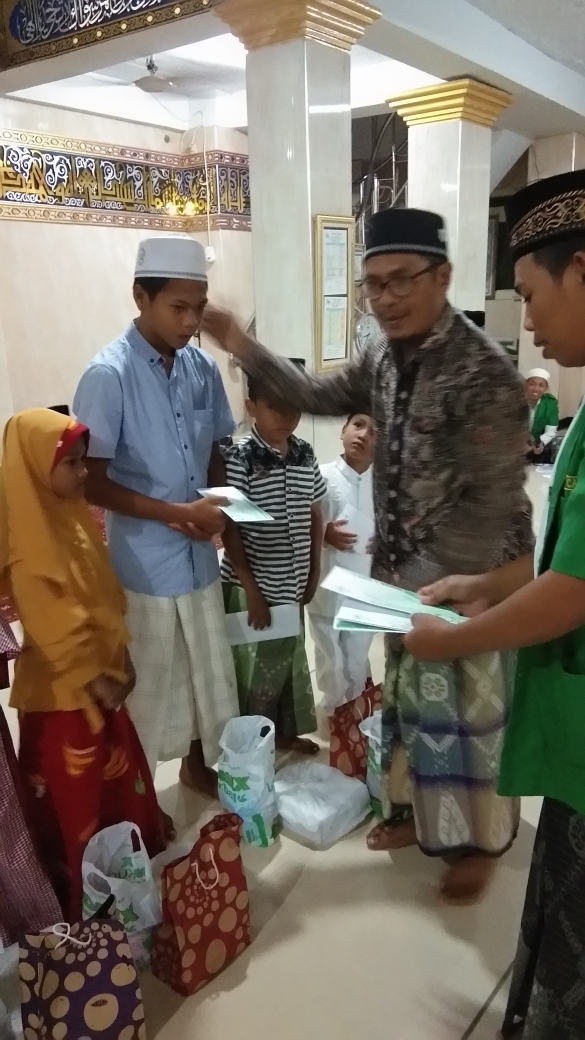 Majelis Taklim Ashabul Kahfi Branta pesisir Door To Door Bagikan Santunan Anak Yatim