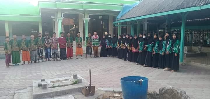 Tanamkan Jiwa NU, PK IPNU-IPPNU SMA Ma'arif 1 Pamekasan Tour Religi ke Asta R. KH. Sirajuddin